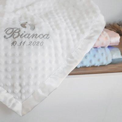Babyfilt med namn och datum broderad. Välj namn eller egen text att brodera på din babyfilt. Finns i 3 olika färger.