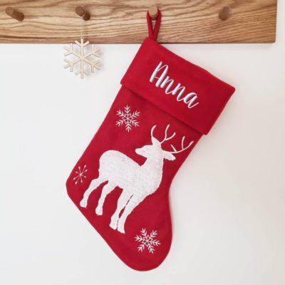 Röd julstrumpa med vit ren och namn