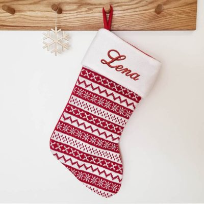 Stickad rödvit julstrumpa med namn broderat