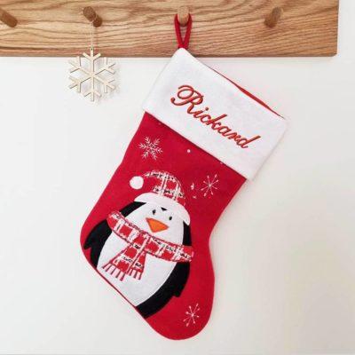 Röd och vit julstrumpa pingvin
