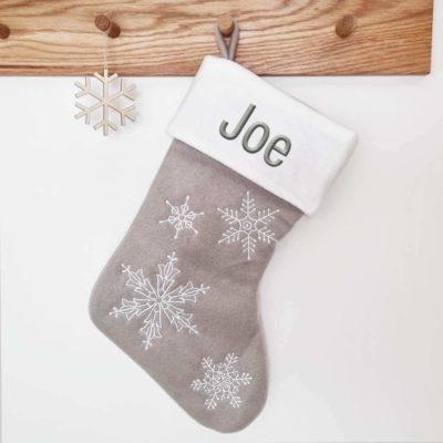 Julstrumpa med namn med snöflingor, 45 cm