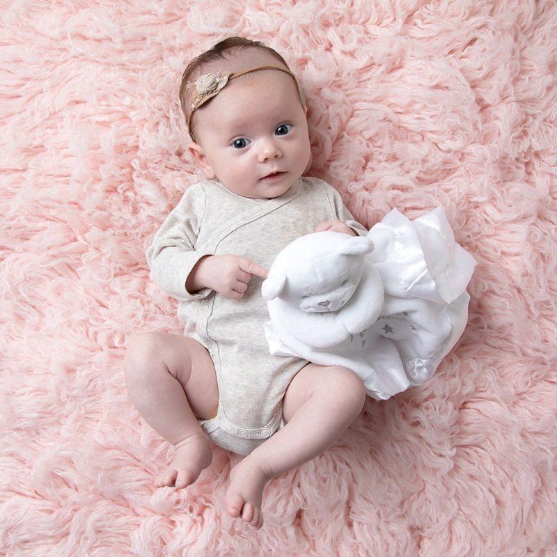 Bebis med snuttefilt med namn